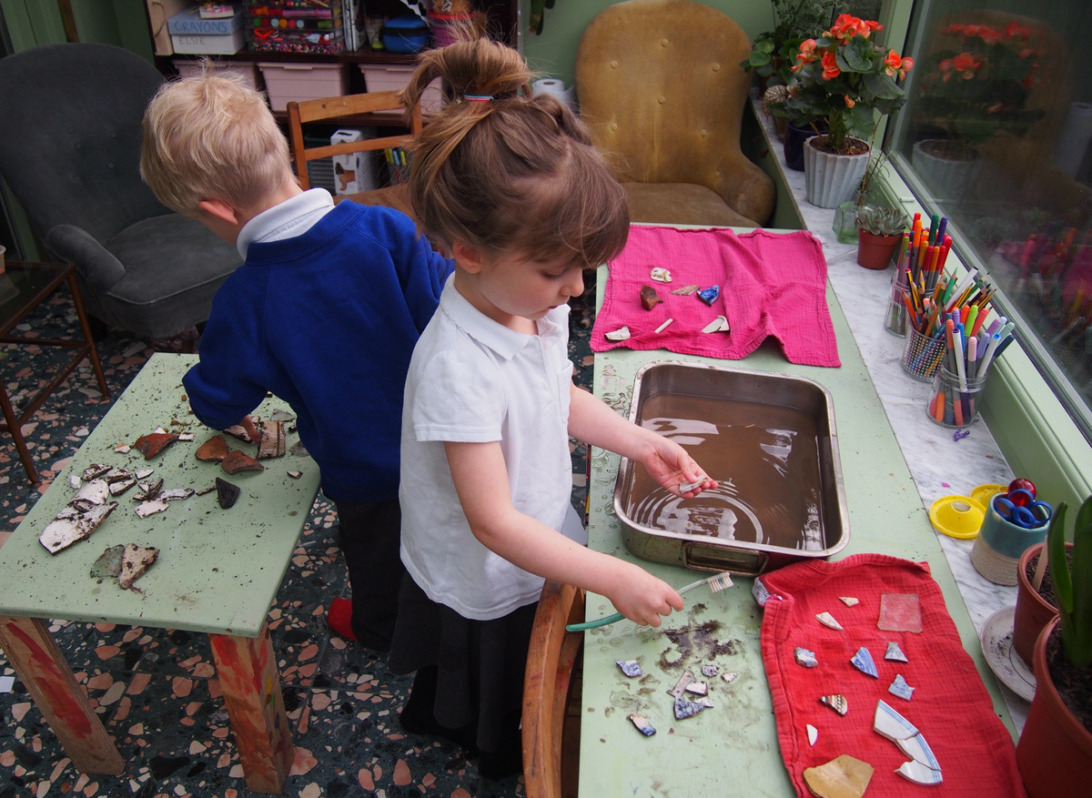 Kids cleaning sherds